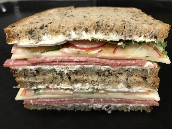 Eiweiß Brot mit Maasdammer und Salami, Stück