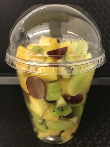 Fruchtbecher 9 mit Kiwi grün, Ananas, Orangen, Trauben hell, Trauben dunkel, ca. 200g Becher