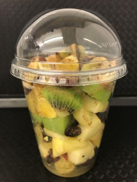 Fruchtbecher 15 mit Orangen, Äpfel, Ananas, Kiwi grün, Trauben dunkel, Sultaninen und Zimt, ca. 200g