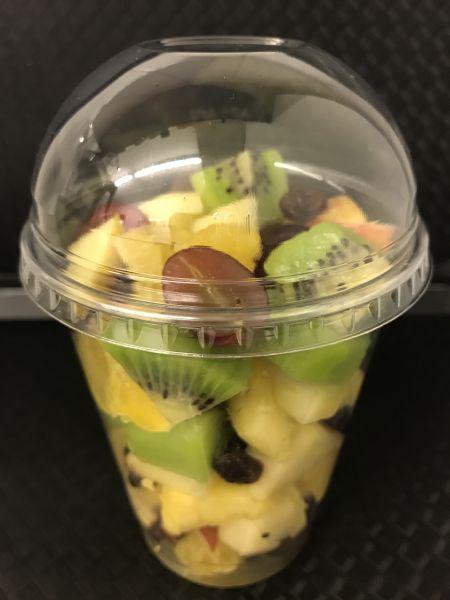Fruchtbecher 14 mit Orangen, Äpfel, Ananas, Kiwi grün, Trauben dunkel und Sultaninen, ca. 200g Beche