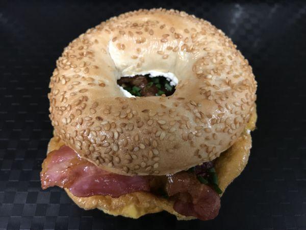 Sesambagel mit Ei und Bacon, Stück
